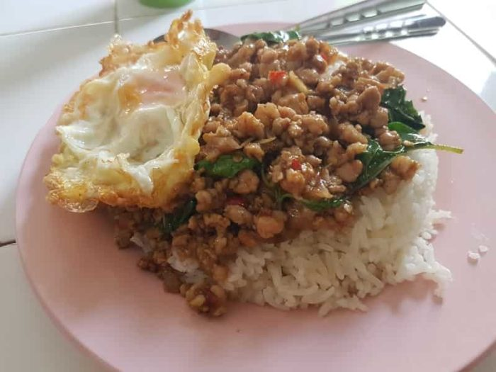 タイに来たらこれ食べて!ひき肉の甘辛炒めご飯(ガパオ)