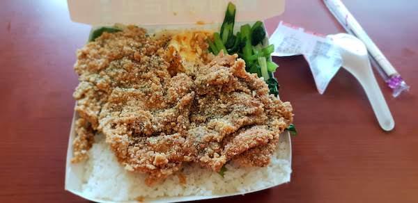 台湾の唐揚げのせご飯 雞排飯