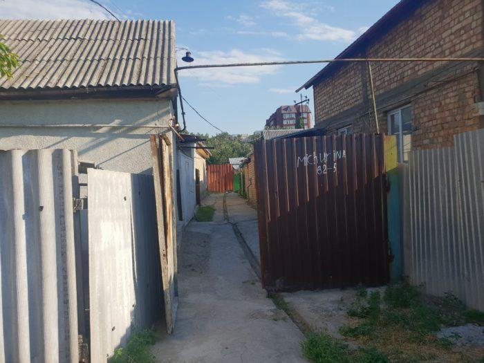 キルギス Dos Guest House 入口前の門