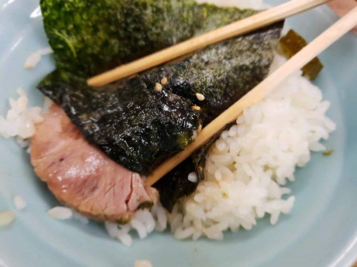 横浜ラーメンの醍醐味!のりを巻いて食べる