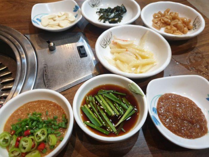 アンヘレスの韓国料レストラン Single Bungle たくさんの付け合せ