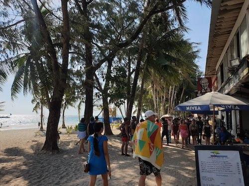 ボラカイ島はボーチ沿いにカフェがたくさん