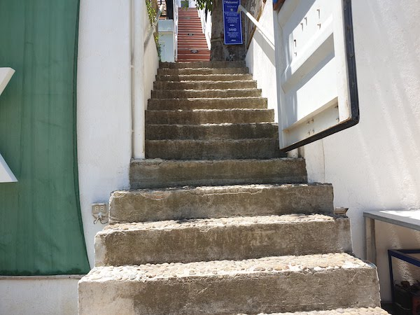 CHILLAX Flashpackers Boracay のエンロランスまでの階段