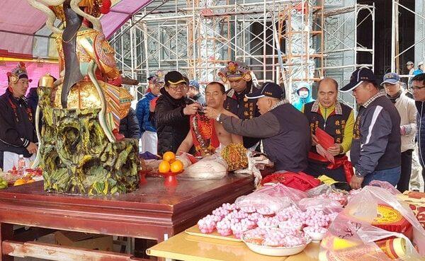 台湾 廟で神様の儀式