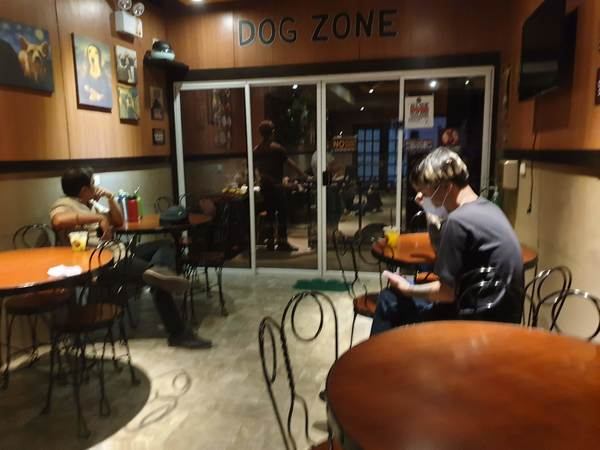 マニラ Barkin' Blends Dog Cafeの店内