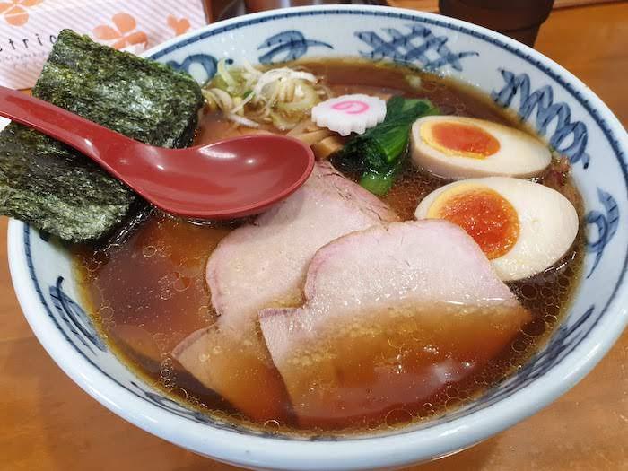 松戸市 とら食堂 醤油の焼豚麺 味玉入り