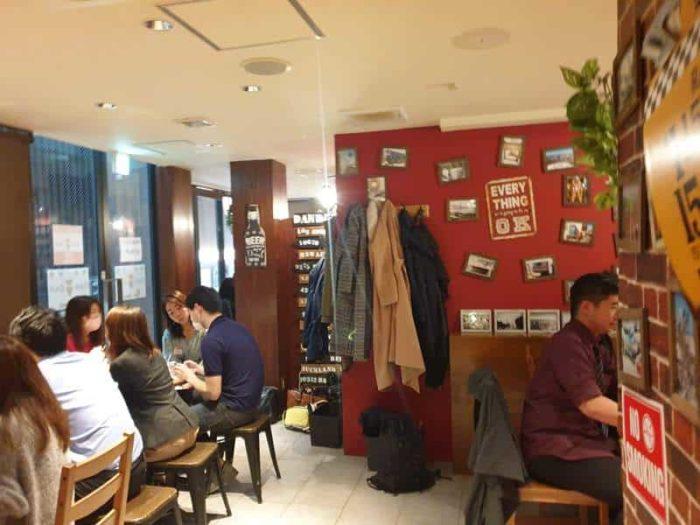 DanDan English カフェの言語交流会では、たくさんの人が集まる